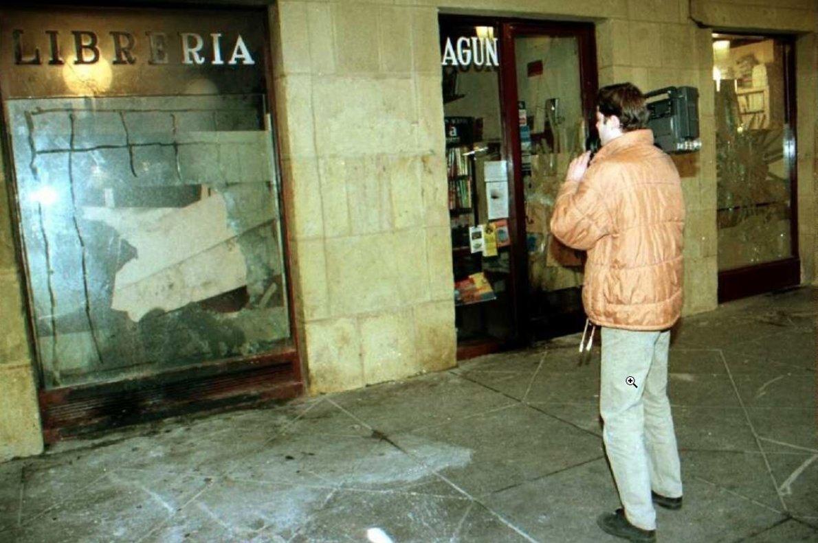 12 enero 1997. La librería Lagun ha sufrido un nuevo ataque de la kale borroka en la madrugada. Varios individuos han sacado libros del local y los han quemado en una pira.
