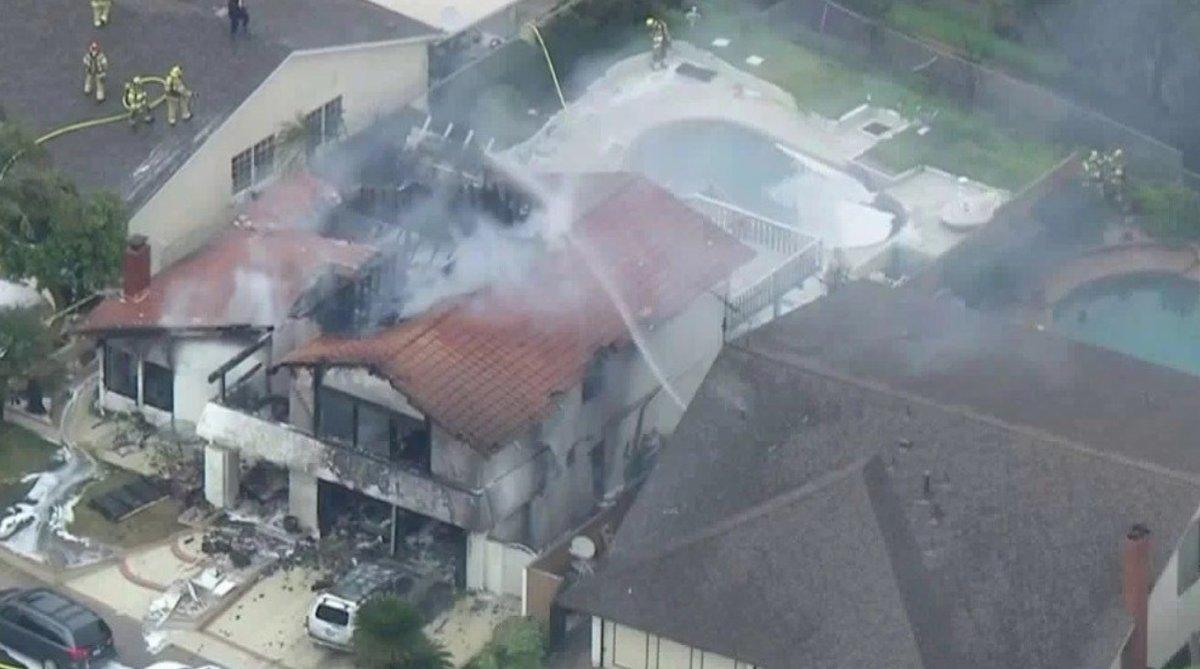 El departamento de bomberos local confirmó que al menos dos casas habrían sido consumidas por las llamas.