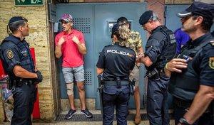 Mossos y policías nacionales trabajanjuntos en una detención durante el reciente despliegue mixto de ambos cuerpos contra los carteristas en el Metro de Barcelona.