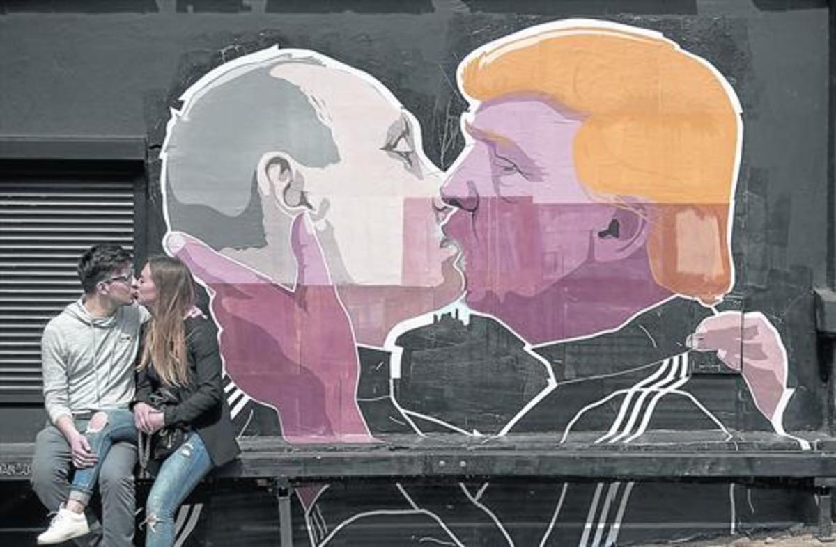 El beso de Putin y Trump en un muro de Vilna (Lituania), copia delde Honecker y Breznev en el Muro de Berlín.