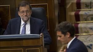 Rajoy y Rivera, durante la sesión de investidura del miércoles.