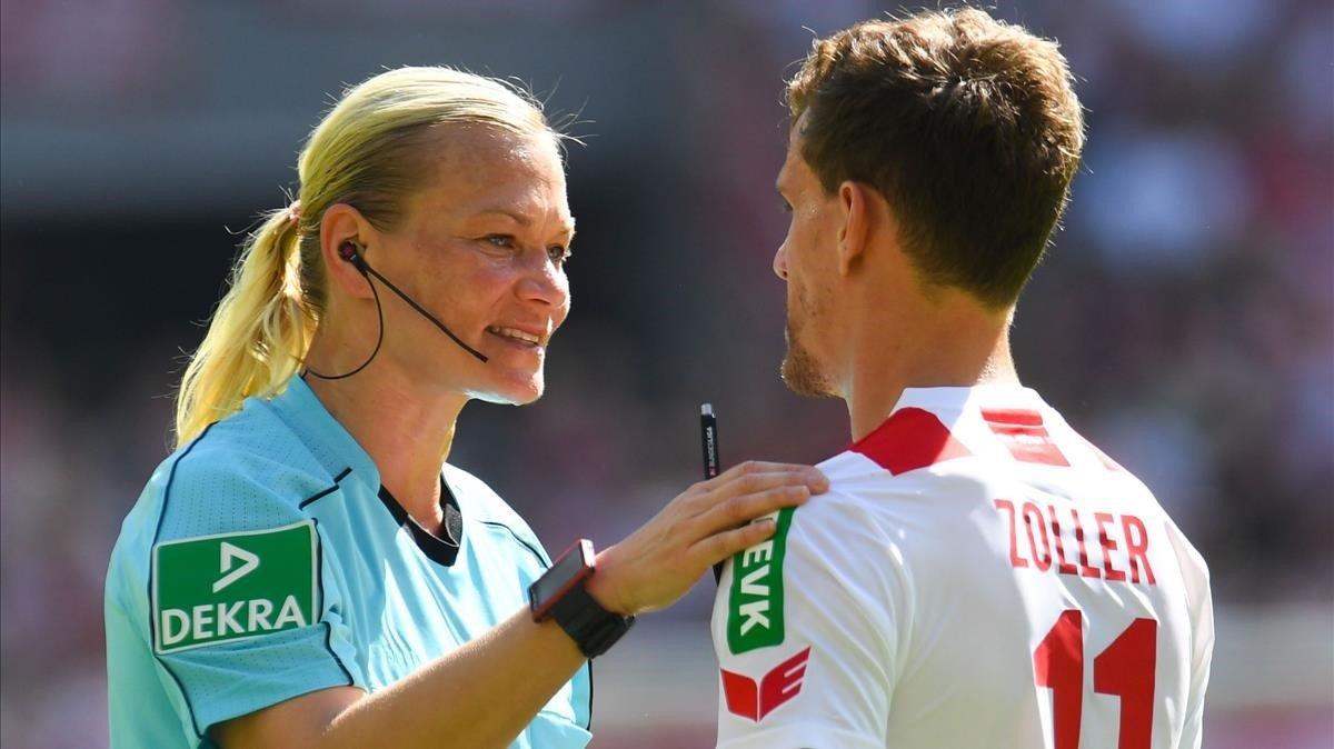 Bibiana Steinhaus dirigiendo un partido de la Bundesliga.