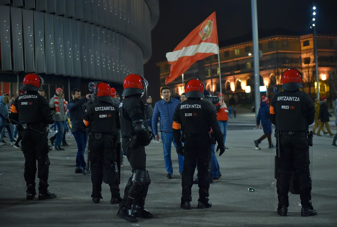 La policía vasca, junto a San Mamés.