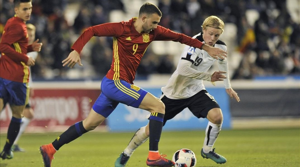Borja Mayoral controla el balón, con Denis Suárez al fondo, en el España-Austria sub-21.