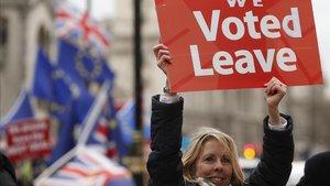 Una partidaria del brexit hoy martes frente al Parlamento británico.