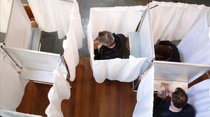 Cabinas de votación en un colegio electoral de París.