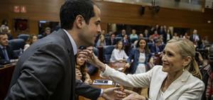 La candidata del PP, Cristina Cifuentes, saluda el candidat de Ciutadans, Ignacio Aguado, aquest dimecres, a l'Assemblea de Madrid.
