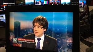 Carles Puigdemont, en los estudios de la televisión pública belga.