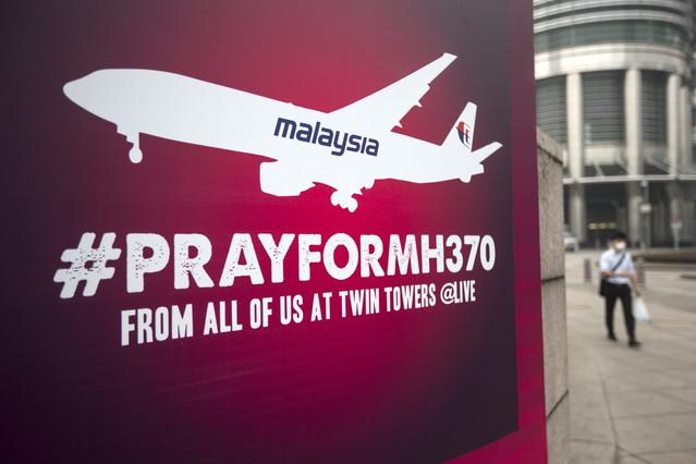 Cartel en recuerdo del vuelo MH370 de Malaysia Airlines, este viernes en el centro de Kuala Lumpur.