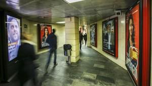 Carteles electorales en la estación de metro de la plaza de Catalunya.
