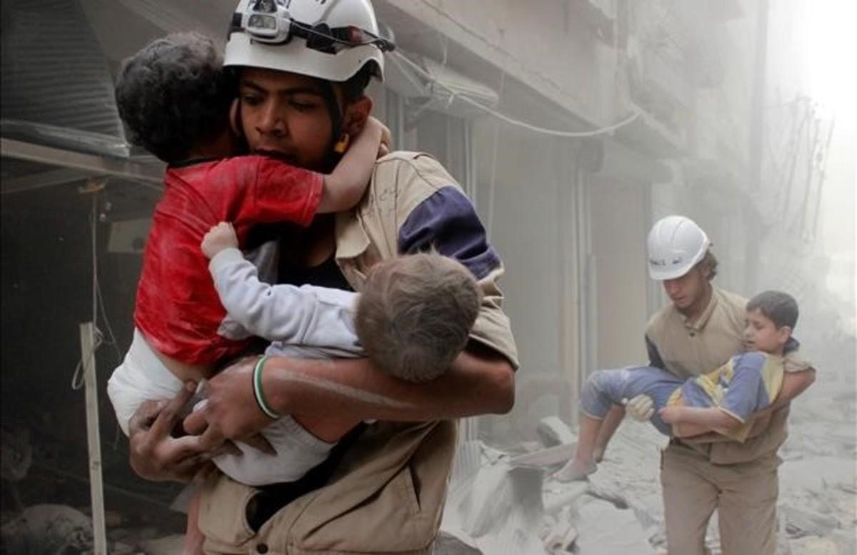 Los cascos blancos durante su labor de rescate en Siria.