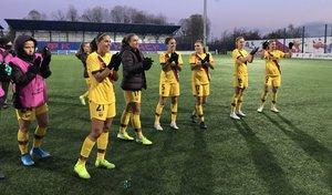 Las azulgranas aplauden al final del partido en Minsk.