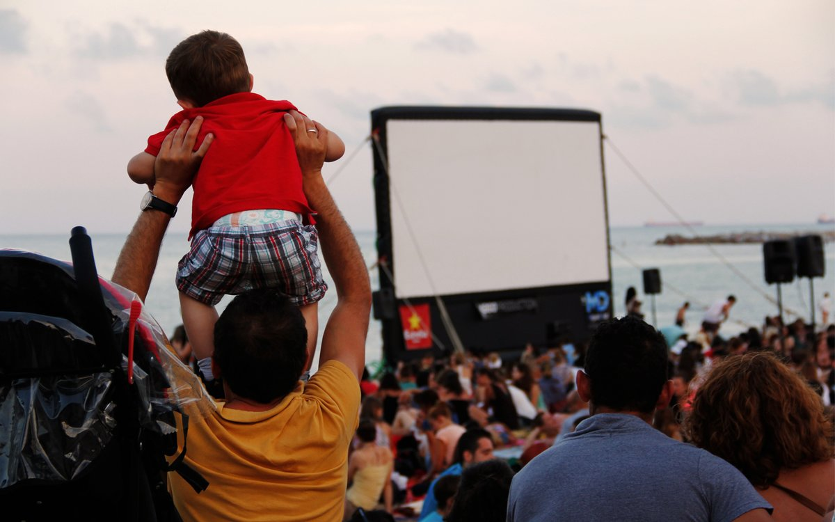 El ciclo 'Cinema lliure a la platja' lleva el cine a la playa de Sant Sebastià de Barcelona.