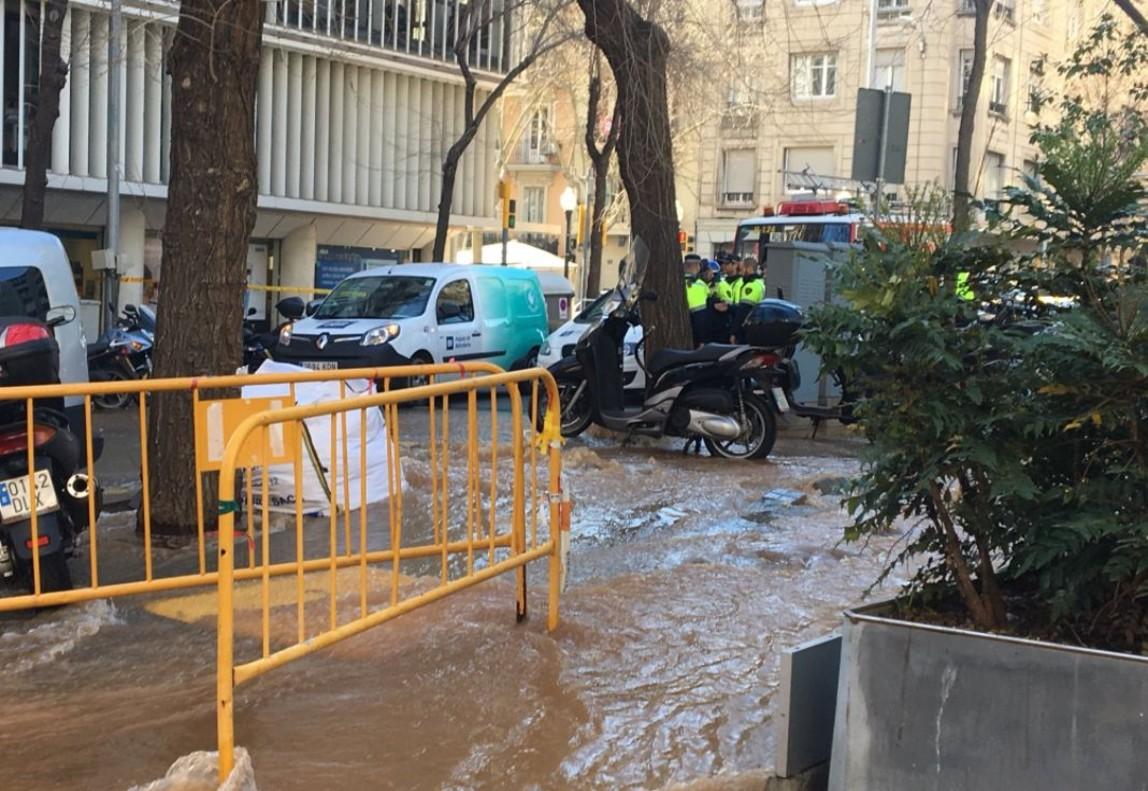 Una fuita d'aigua a la travessera de Gràcia causa una riuada