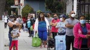 Cola en un banco de alimentos para recibir el paquete semanal en Santa Ana (California).