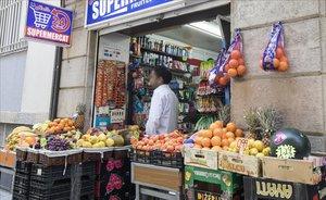 Un comercio regentado por paquistanís en el Eixample de Barcelona.