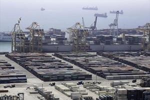 Vista de una terminal en el puerto de Barcelona.