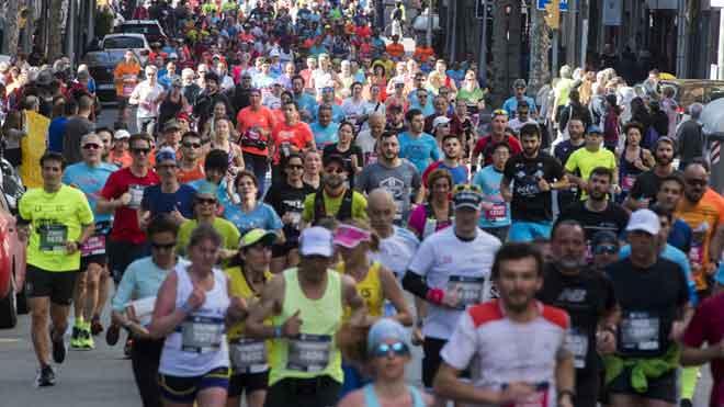 Corredores de la Maratón de Barcelona por la calle Mallorca, tras dejar atrás la Sagrada Familia.
