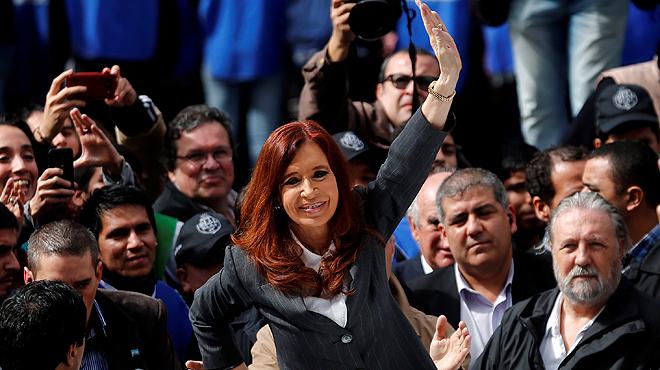 Cristina Fernández de Kirchner fa sortir els seus seguidors al carrer després dedeclarar davant el jutge.