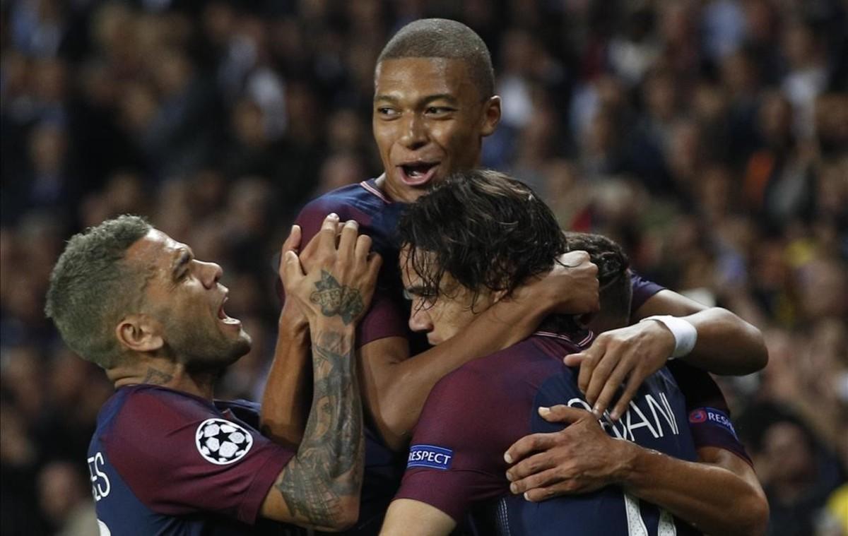 Dani Alves, Mbappé y Cavani celebran el segundo tanto del PSG.