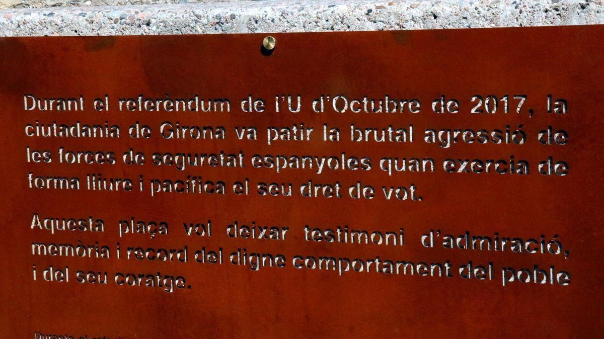 Detalle de la placa colocada en la renombrada plaza 1 dOctubre de Girona.
