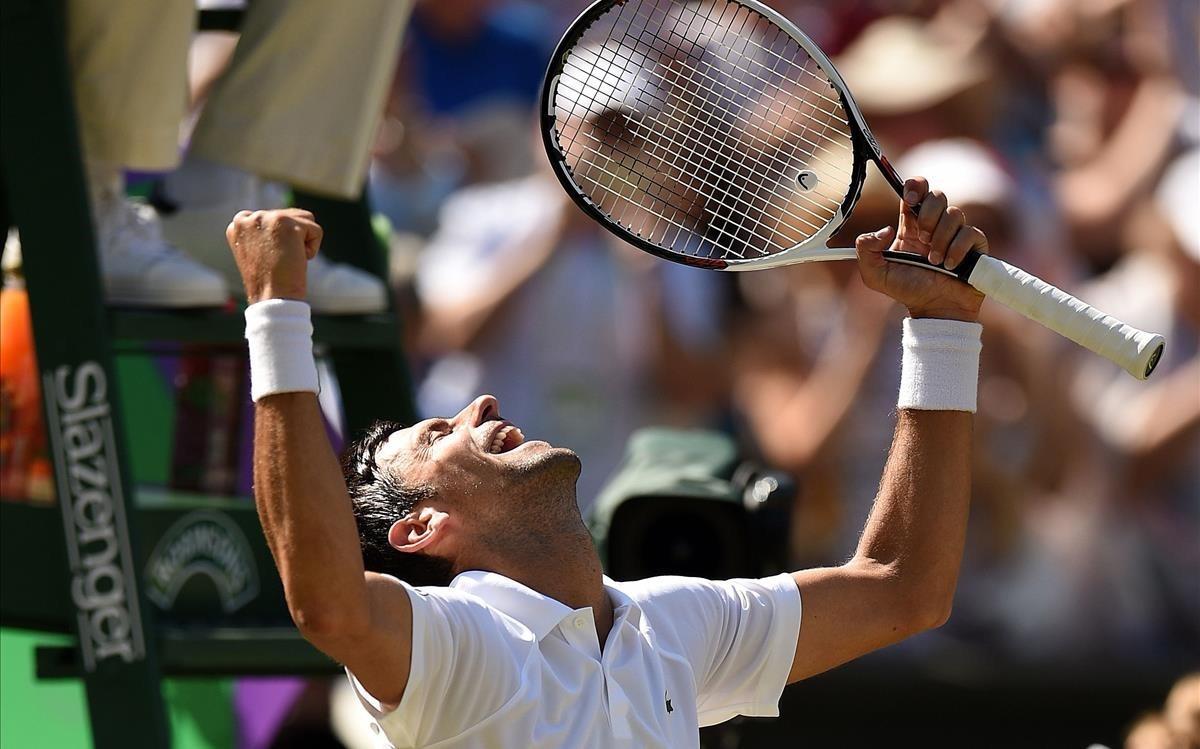 Djokovic celebra, a pie de pista, su triunfo en Wimbledon