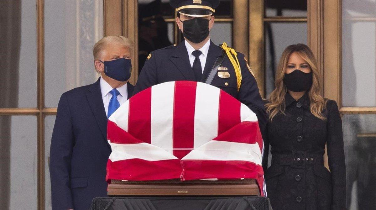 Donald Trump y Melania Trump junto a los restos de la jueza Ginsburg.