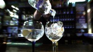 Un barman sirve dos copas en un bar de Madrid.