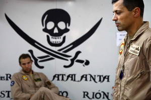 Dos militares españoles de la operación Atalanta, tras una misión de reconocimiento en el Índico.