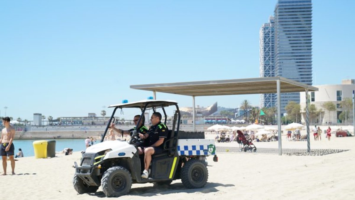 Vehículode tipo 'quad' de la Guardia Urbana, adaptados para circular por la arena.