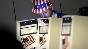 Un hombre vestido como el Tio Sam ejerce su derecho al voto en un centro electoral en el eastside de Nueva York en las eleccines presidenciales del2016.