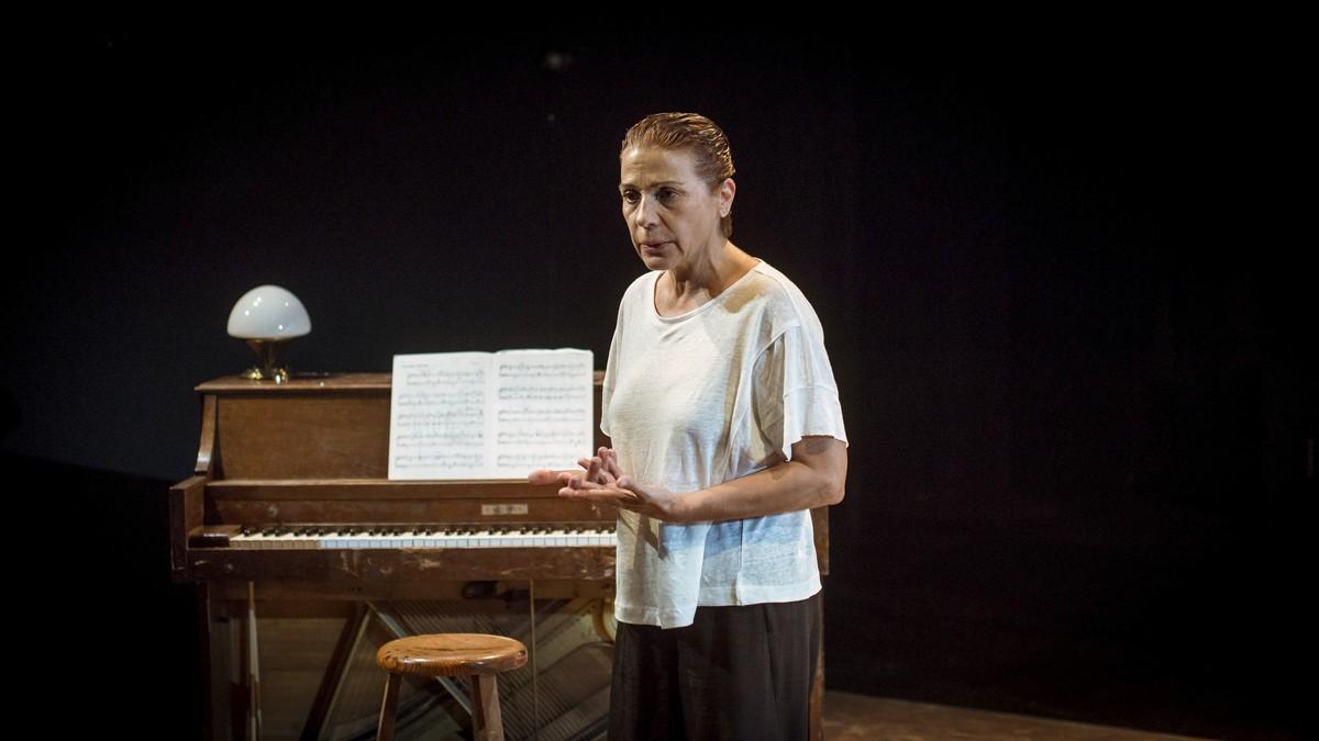 Emma Vilarasau interpretando en la Sala Beckett 'Un tret al cap'.