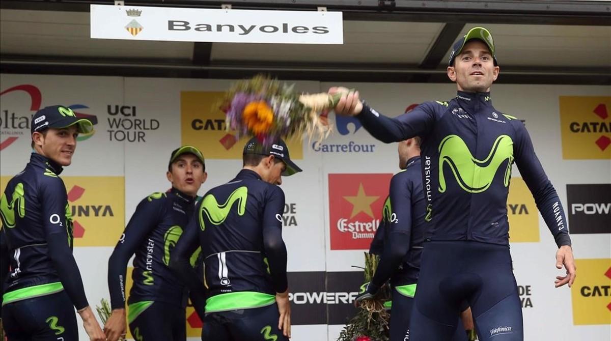 El equipo Movistar celebra la victoria en la segunda etapa de la Volta.