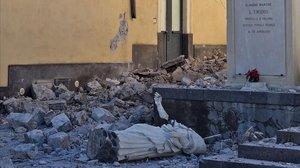 La estatua derrumbada de San Emidio, conocido como el protector ante los terremotos, en Pennisi.
