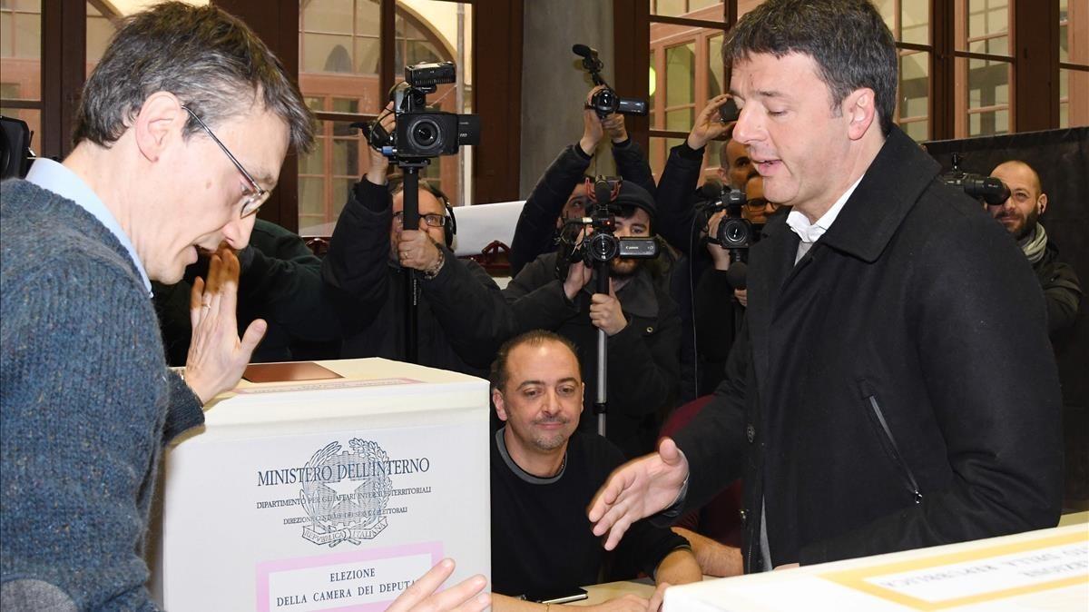 El exprimer ministro y candidato del PD, Matteo Renzi, vota en Florencia.