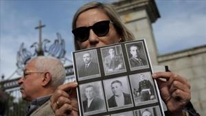 Familiares de las víctimas republicanas en la puerta del Valle de los Caídos.