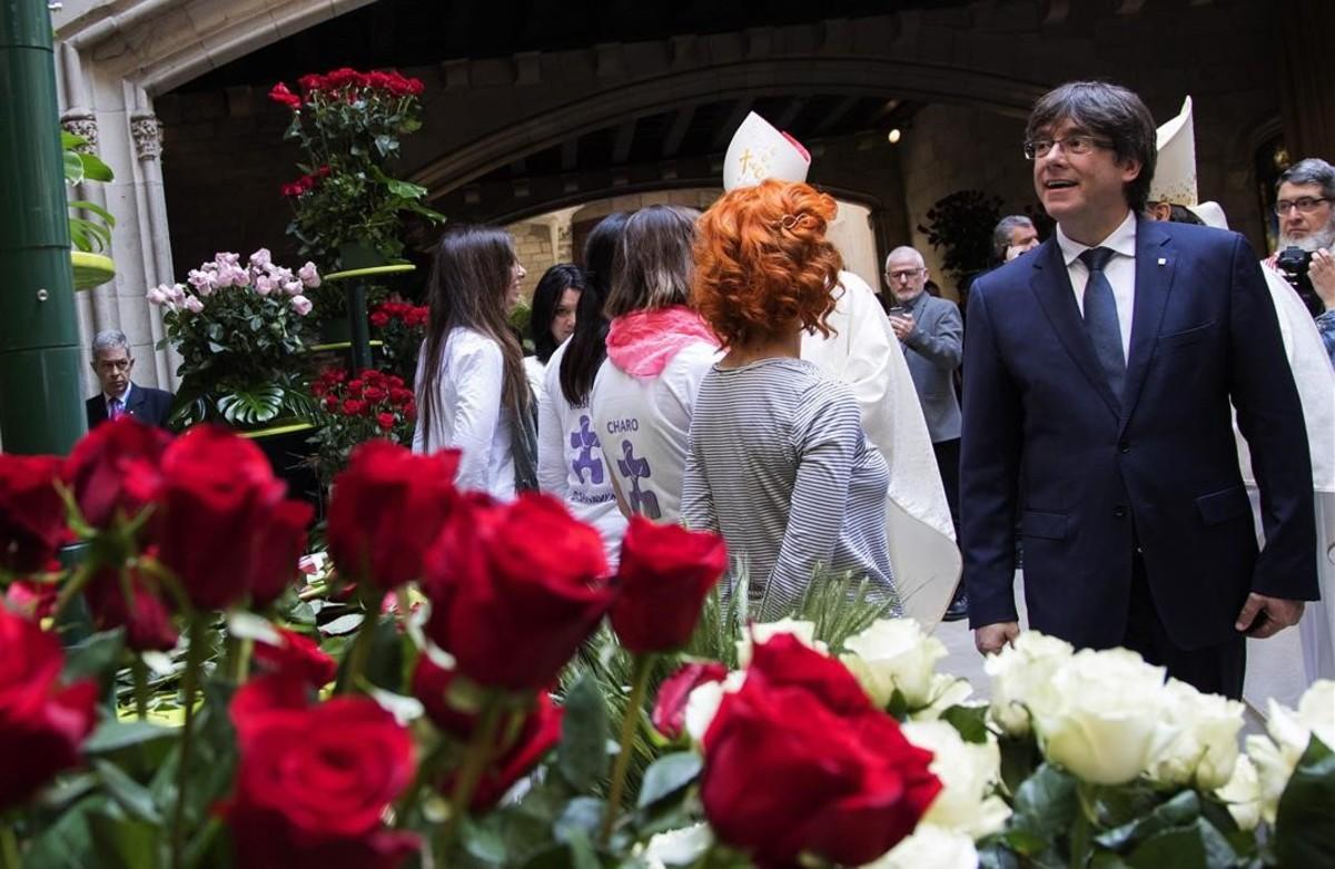El presidente de la Generalitat, Carles Puigdemont, tras la tradicional misa de Sant Jordi y la bendición de rosas.