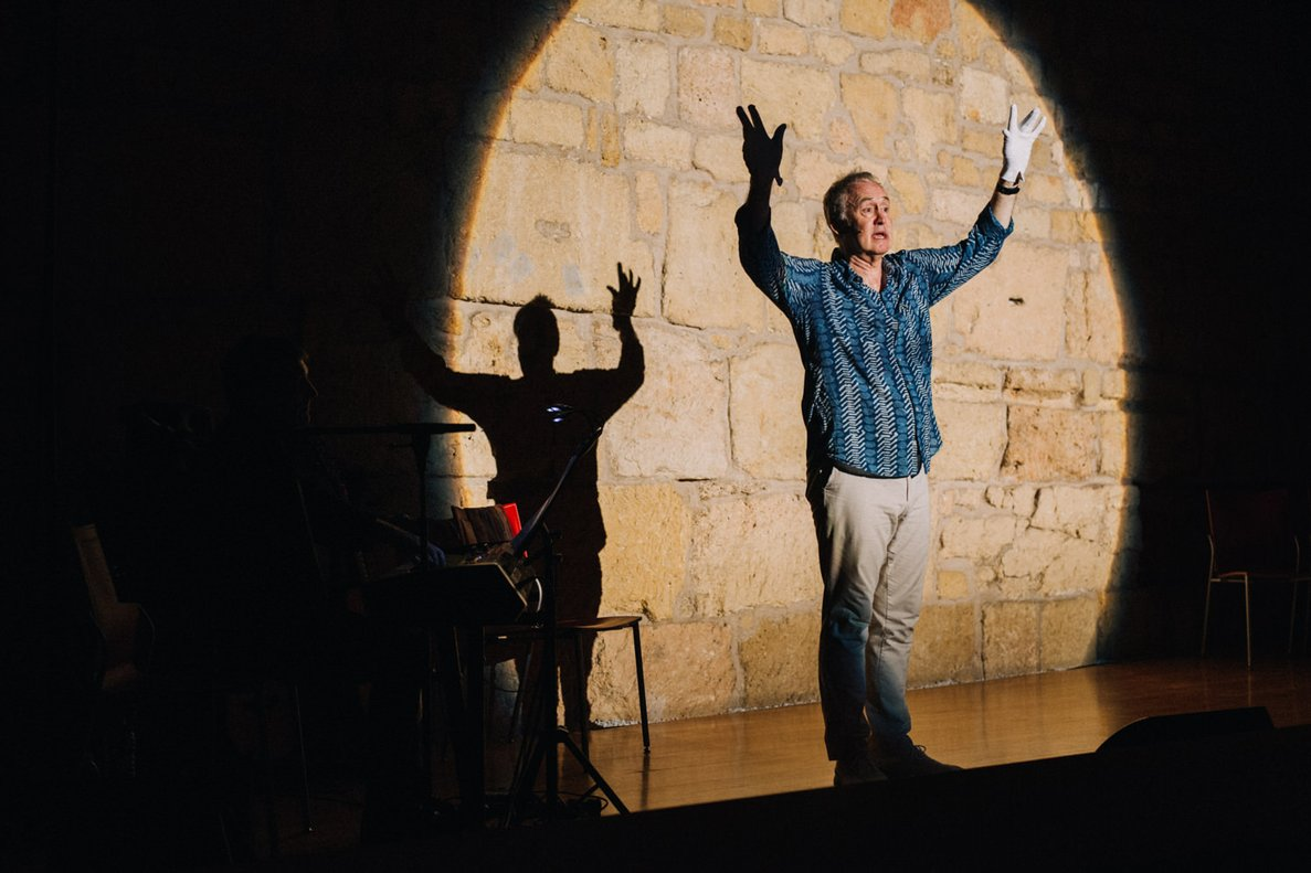 Nigel Planer, durante la representación de este espectáculo.
