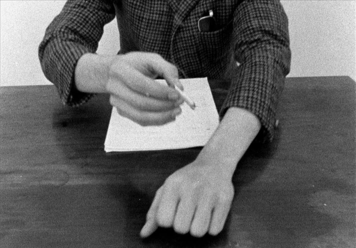 Un fotograma de la película política de Farocki Fuego inextingible, donde apagó un cigarrillo en su propio brazo para comparar el efecto que tenía en napalm en la guerra de Vietnam, y que puede verse en la Fundació Tàpies.