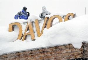 Francotiradores 8Dos agentes de policía vigilan desde el tejado de un hotel de Davos (Suiza), donde hoy empieza el Foro Económico Mundial.