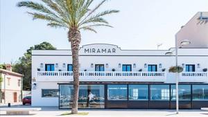 Exterior del Miramar Rooms, con el restaurante en la planta baja y las cinco suites en la superior.