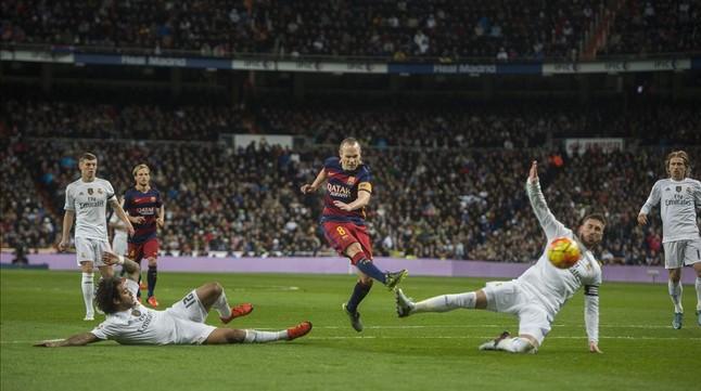 El futbolista azulgrana Andrés Iniesta consigue el tercer gol azulgrana