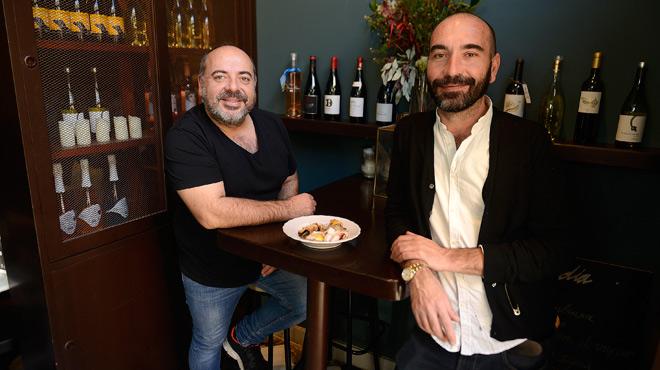 Xavier y Miquel Luque, del restaurante La Falconera, presentan el local y una de sus especialidades.