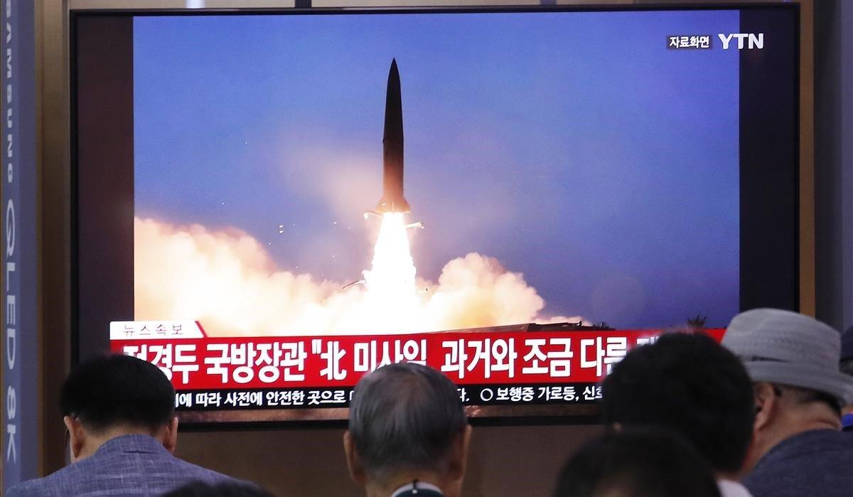La gente mira en un televisor el lanzamiento de misiles de Corea del Norte.