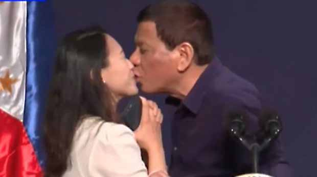 Allau de crítiques a Duterte per haver forçat una dona a fer-li un petó a la boca