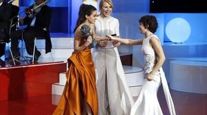 Macarena García yCayetana Guillen Cuervoentregan a Anna Castillo el Goya a la mejor actriz revelación por El olivo durante la gala celebrada el pasado sábado.
