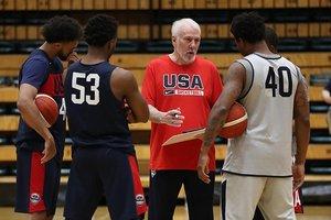 Gregg Popovich conversa con sus jugadores en un entreno de EEUU