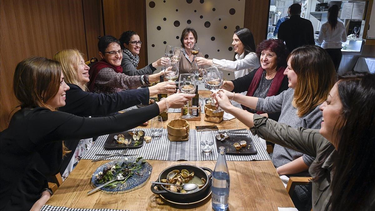 Un grupo de mujeres celebra una comida de empresa y de Navidad en Sant Boi