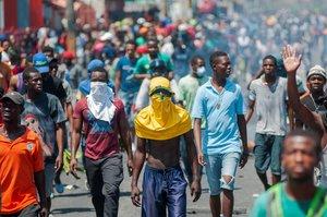 Algunos manifestantes atacaron comercios y vehículos a su paso.