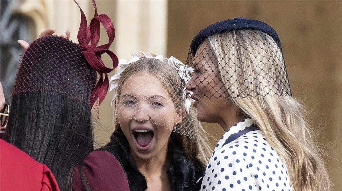 Kate Moss y su hija Lila Grace conversan con varios invitados en la boda de Eugenia de York y Jack Brooksbank.